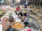 banjir-di-kalsel-camat-satui-abdul-rahim-di-dapur-umum-sabtu-14082021.jpg