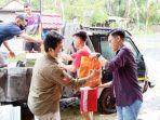 banjir-di-kalsel-petugas-salurkan-bantuan-untuk-korban-di-5-desa-kusan-tengah-tanbu-sabtu-04092021.jpg