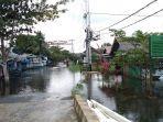 banjir-yang-masih-menggenangi-badan-jalan-di-desa-jejangkit-muara.jpg