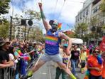 benj-curtis-melompat-kegirangan-saat-mengikuti-gay-pride_20160629_124344.jpg