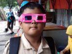bocah-sd-memakai-kacamata-3d.jpg