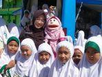 boneka-tangan-menghibur-murid-murid-di-madrasah-ibtidaiyah-darul-ilmi.jpg