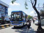 brt-berwarna-biru-campur-putih-terlihat-melintas-di-jalan-kolonel-sugiono-s.jpg