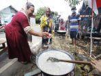 bubur-asyura-3para-ibu-dibantu-kaum-lelaki-memasak-sajian-bubur-sebagai-tradisi-10-muharam.jpg