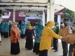 bupati-batola-hj-noormiliyani-menyerahkan-bantuan-kepada-warga-di-aula-selidah-03052021.jpg