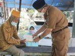 bupati-hss-achmad-fikry-menyerahkan-tali-asih-kepada-mail-bin-h-asnawi-92-veteran-pejuang.jpg
