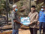 bupati-hss-achmad-fikry-serahkan-bantuan-untuk-korban-kebakaran-di-desa-ida-manggala-27062021.jpg