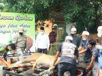 bupati-hsu-abdul-wahid-menyaksikan-proses-pemotongan-hewan-kurban-21072021.jpg