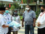 bupati-hsu-h-abdul-wahid-hk-menerima-bantuan-berupa-apd-dan-masker-medis-dari-pt-adaro-tanjung.jpg