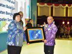 bupati-hsu-h-abdul-wahid-hk-menerima-penghargaan-sertifikat-adipura.jpg