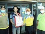 bupati-hsu-h-abdul-wahid-hk-menyerahkan-bantuan-kepada-warga-di-lokasi-banjir-06022021.jpg