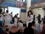 calon-jemaah-haji-diajari-cara-memakai-pakaian-ihram_20150404_112904.jpg