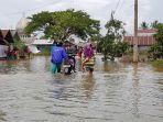 dalam-warga-handilnegara-melintasi-jal-a-kini-masih-kebanjiran-cukip-dalam.jpg