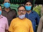 devender-sharma-bersama-polisi-yang-menangkapnya-di-delhi-india.jpg
