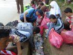 dinas-lh-banjar-relawan-kebersihan-dan-pelajar-di-martapura-membersihkan-sampah.jpg