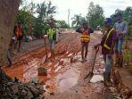 dinas-pupr-tala-dibantu-warga-desa-handilnegara-memperbaiki-jalan.jpg