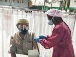 dinkes-sedang-melakukan-vaksinasi-di-masjid-al-jihad-kelurahan-mawar-kota-banjarmasin.jpg