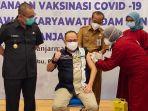 dirut-pdam-bandarmasih-yudha-achmadi-disuntik-vaksin-covid-19.jpg