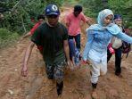 dokter-cantik-di-pedalaman-papua-bawa-pasien-belasan-kilometer-di-jalan-lumpur_20180619_163713.jpg