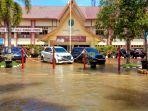 dony-usman-halaman-kantor-bupati-hsu-terendam-banjir.jpg