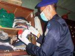 dony-usman-petugas-memeriksa-barang-warga-binaan-di-dlaam-kamar.jpg