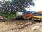 dua-unit-truk-angkutan-berat-terjebak-di-jalan-rusak-pada-ruas-jalan-gunung-pandau.jpg