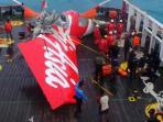 ekor-pesawat-airasia-qz8501-ditemukan-dan-diangkat-ke-kapal-crest-onyx-di-selat-karimat.jpg