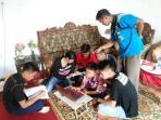 enam-siswa-smpn-1-paramasan-tengah-belajar-mempersiapkan-un-besok_20160510_171648.jpg