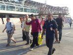 enam-warga-malaysia-saat-dideportasi-melalui-bandara-el-tari-kupang.jpg