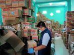etugas-kantor-bpom-di-kabupaten-hulu-sungai-utara-memeriksa-bahanan-makanan-kamis-3042020.jpg