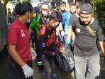 evakuasi-jasad-warga-jalan-ir-phm-noor-gang-marga-rukun-pelambuan-banjarmasin-21122020.jpg