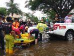 evakuasi-korban-banjir-dari-kompleks-semanda-jalan-pramuka-banjarmasin-17012021.jpg
