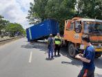 evakuasi-petugas-vakuasi-kontainer-yang-terjatuh-kamis-16_1-siang.jpg