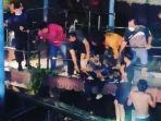 evakuasi-seorang-perempuan-di-sungai-martapura-depan-balai-kota-banjarmasin-sabtu-24072021.jpg