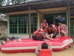 evakuasi-warga-terdampak-banjir-di-desa-tanah-abang-kabupaten-banjar-minggu-10012021.jpg