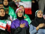 fans-perempuan-iran-menyanyikan-lagu-kebangsaan-saat-tim-nasional-iran1.jpg
