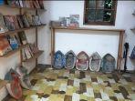 fasilitas-buku-tersedia-di-samping-tempat-duduk-oettara-koffie-banjarmasin-02.jpg
