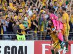 gelandang-australia-mile-jedinak-kiri-merayakan-gol-yang-dia-cetak-ke-gawang-honduras_20171116_053946.jpg