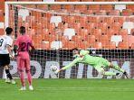 gelandang-valencia-carlos-soler-kiri-mencetak-gol-penalti-melewati-kiper-real-madrid.jpg