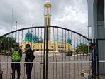 gerbang-masjid-al-karomah-martapura-yang-sebelumnya-sempat-dijaga-anggota-polres-banja.jpg