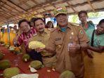 gubernur-h-syahbirin-noor-ceria-memperlihatkan-durian-unggul-lokal-banjar.jpg