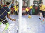 gubernur-kalsel-sahbirin-noor-kuning-menendang-bola-dalam-sebuah-pertandingan-futsal.jpg