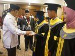 gubernur-kalsel-sahbirin-noor-menyerahkan-penghargaan-kepada-tiga-mahasiswa-berprestasi.jpg