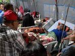 gubernur-maluku-murad-ismail-saat-meninjau-para-pengungsi-korban-gempa1.jpg