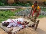 gunja-dei-warga-di-odisha-india-ketika-membawa-ibunya-yang-berusia-100-tahun.jpg
