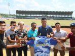 h-maulana-tengah-bersama-pelatih-martapura-fc-paruh-kedua-liga-2-musim-2019.jpg