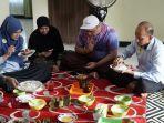 hj-ananda-mushaffa-zakir-sedang-mencicipi-makanan-banjar.jpg