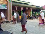 ibadah-warga-menuju-masjid-an-noor-guna-menunaikan-salat-berjemaah.jpg