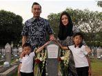 ibas-dan-aliya-rajasa-saat-ziarah-ke-makam-ani-yudhoyono.jpg