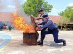 ist-dua-petugas-damkar-tapin-mencoba-memadamkan-kobaran-api-dengan-karung-basah.jpg